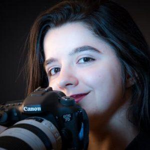 Portrait en studio d'une photographe sur fond noir