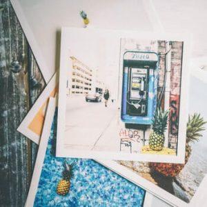 Photos papier étalées sur une table